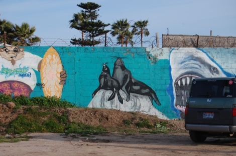 Las Focas, 2013, mural en la playa 'Cannery Stacks', Ensenada, México